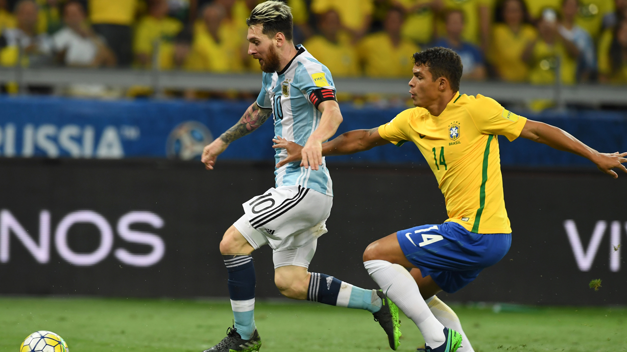 Argentina's Lionel Messi (L) is marked by Brazil's Thiago Silva during their 2018 FIFA World Cup qualifier football match in Belo Horizonte, Brazil, on November 10, 2016. / AFP PHOTO / VANDERLEI ALMEIDA