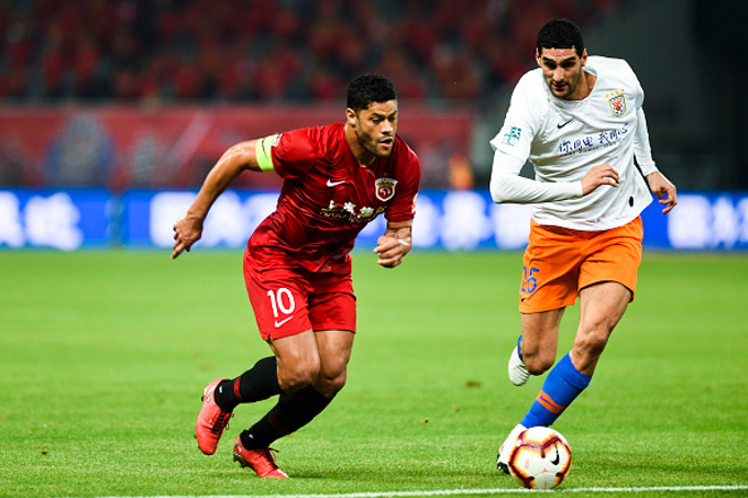 SHANGHAI, CHINA - MAY 12: Hulk #10 of Shanghai SIPG and Marouane Fellaini #25 of Shandong Luneng compete for the ball during the 9th round match of 2019 Chinese Football Association Super League (CSL) between Shanghai SIPG and Shandong Luneng at Shanghai Stadium on May 12, 2019 in Shanghai, China. (Photo by VCG/Visual China Group via Getty Images)